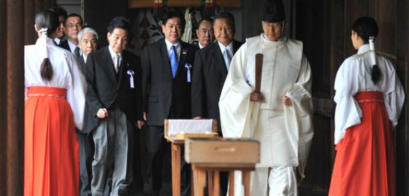 ministros japoneses en santuario 2014
