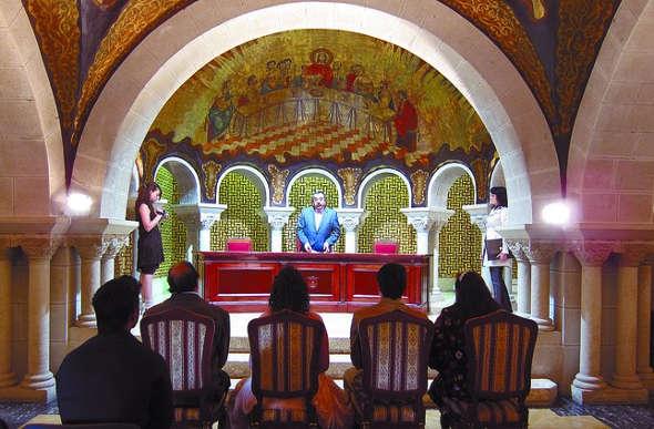boda civil en una antigua capilla