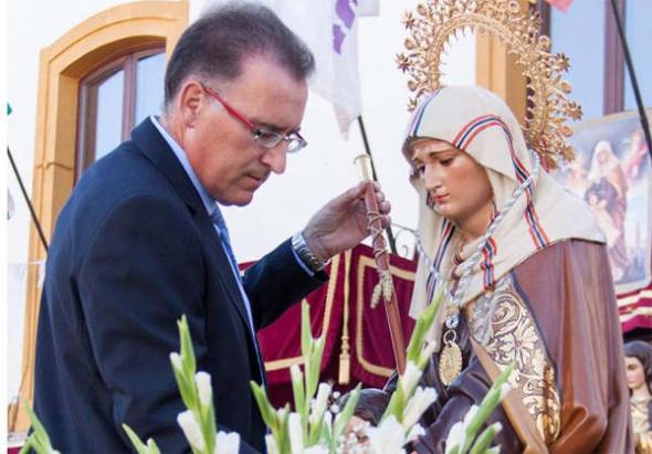 Alcalde PSOE de El Viso vara mando y medalla a Santa Ana