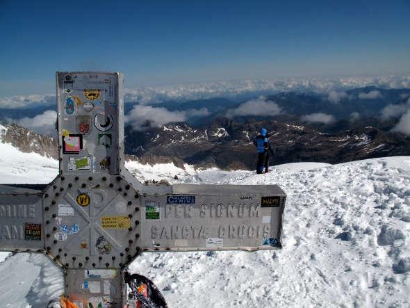 cruz en el pico Aneto