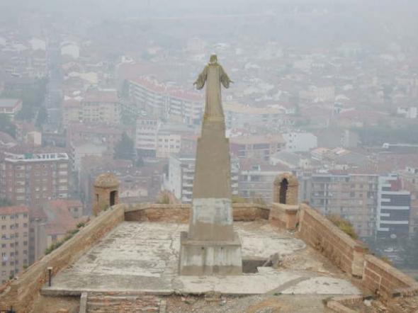 Cristo castillo Monzón (Huesca)