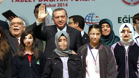 Erdogan y alumnas con velo