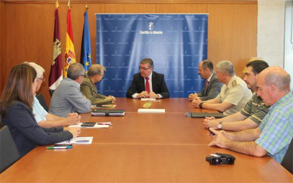 Marcial Marín, consejero de Educación de Castilla-La Mancha, con miembros del Ejército. CLM