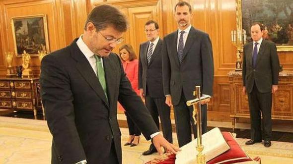 Rafael Catalá toma posesión ministro  Justicia con crucifijo y biblia 2014