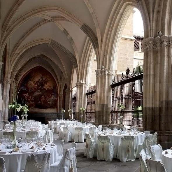 Cena en el claustro de la catedral de Toledo