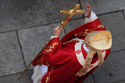 Benedicto XVI ofreció ayer una misa en la Plaza del Obradoiro de Santiago de Compostela ante unos 6.000 fieles. - AFP/MIGUEL RIOPA