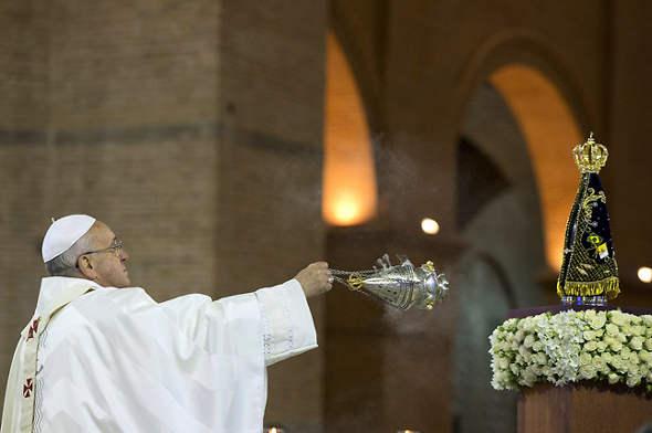 Bergoglio incienso