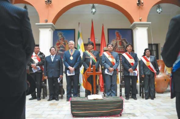 Evo Morales ante el crucifijo