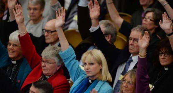 Sínodo Iglesia Inglaterra aprueba ordenar obispas 2014