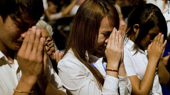 Escolares rezando