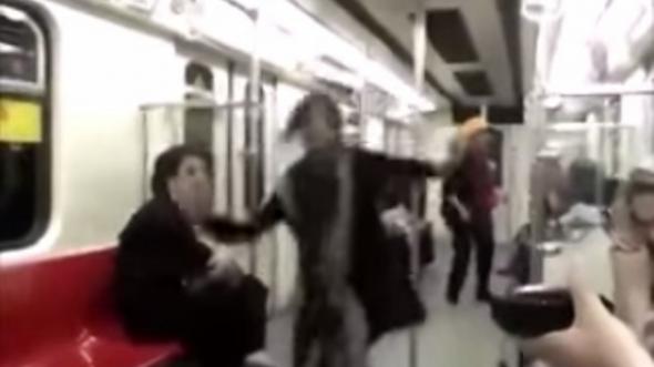 mujer Irán baila en el metro 2014