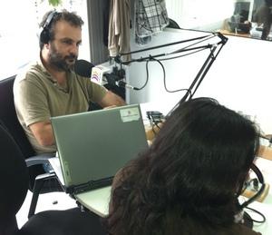 La activista Mitra Shomal, en la fotografía de espaldas para preservar su seguridad, fue entrevistada por Juan García Luján en 'El Correíllo'.
