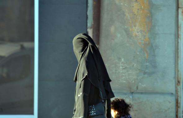 Una mujer con velo integral camina por la avenida del Segre, en Lleida, este lunes. RAMON GABRIEL