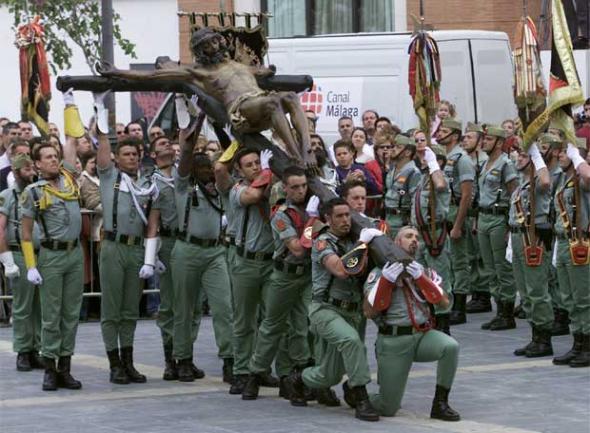 (Legionarios en el desprendimiento del Cristo de la Buena Muerte para su procesión en Málaga. Foto de JULIÁN ROJAS, publicada en el diario ElPaís, 19/08/2009)