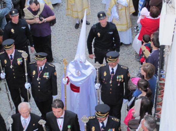 Representación de la Policía Nacional en la procesión de La Aurora en el Albayzín de Granada