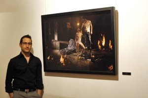 El artista Fernando Bayona posa ante su obra titulada Bautismo. :: TO?I MARTÍNEZ