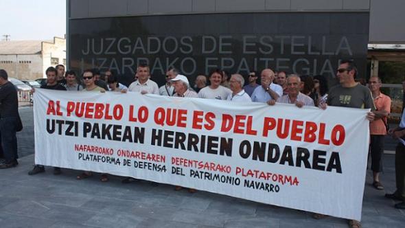 Alrededor de cuarenta personas, cargos electos y miembros de la plataforma, se concentraron ayer para apoyar al Concejo de Garísoain. (R.U.)