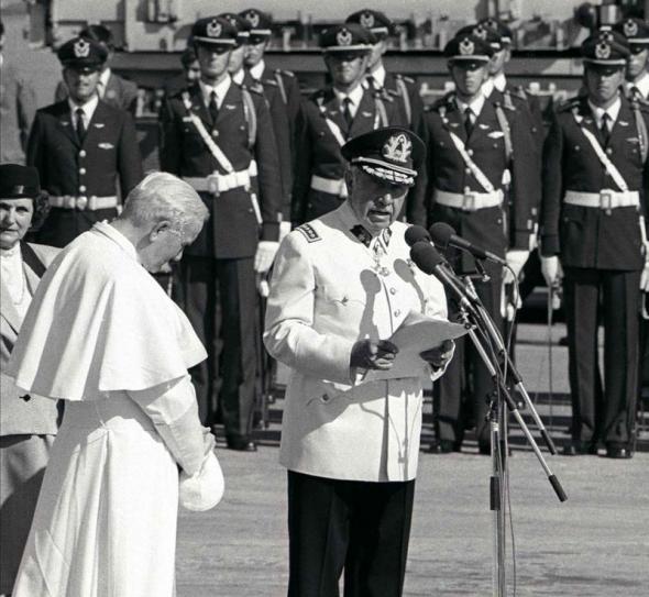 Cuando Hace 25 Anos El Papa Wojtyla Bendijo En Chile A Pinochet Observatorio Del Laicismo Europa Laica