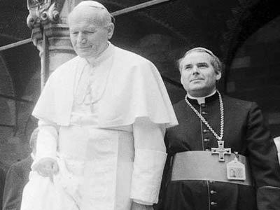 Roger Vangheluwe, a la derecha, junto al papa Juan Pablo II durante la visita que hizo este a Brujas en 1985EFE