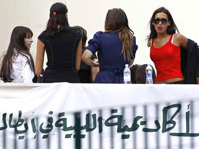 Un grupo de jóvenes a la entrada del recinto donde se celebra el encuentro con Gaddafi.REUTERS/Max Rossi