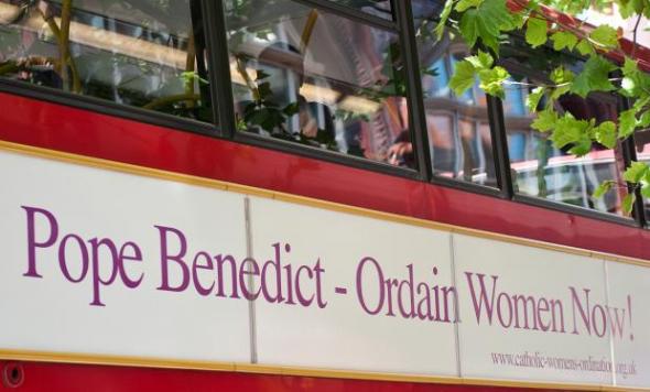 Los autobuses de Londres, que ya han lucido mensajes controvertidos sobre religión, recibirán al Papa pidiendo que ordene a mujeres.- AFP