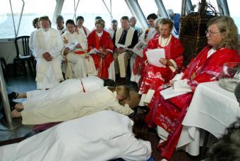 Ceremonia extraoficial de ordenación de tres mujeres católicas en Ontario, en 2005.- REUTERS