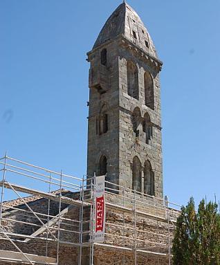 Andamio situado en la iglesia, al pie de la torre de Mombuey.  Foto A. S