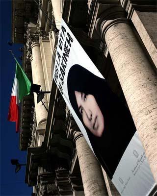 Un cartel por la liberación de Sakineh Mohammadi-Ashtiani en el centro de Roma. AFP