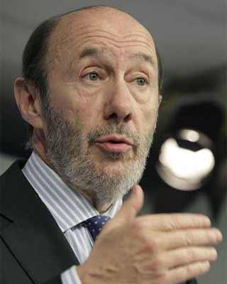 El líder del PSOE, Alfredo Pérez Rubalcaba, durante la rueda de prensa de este lunes, en la sede de su partido en Madrid.EFE