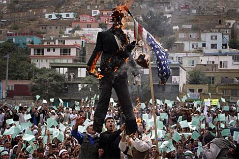 Población afgana quema un muñeco y una bandera de EEUU.   AP