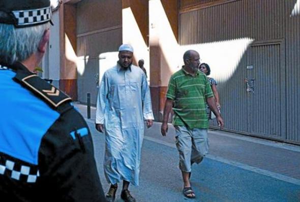 Un urbano de Lleida observa el local de la mezquita del Nord tras la comunicación del cierre cautelar, ayer. EFE / LAURENT SANSEN