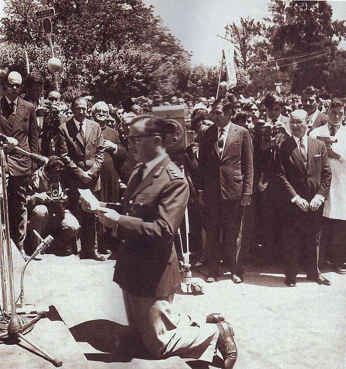 general Ongania_rezando 1969