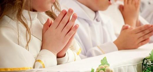 primera-comunion-rezando