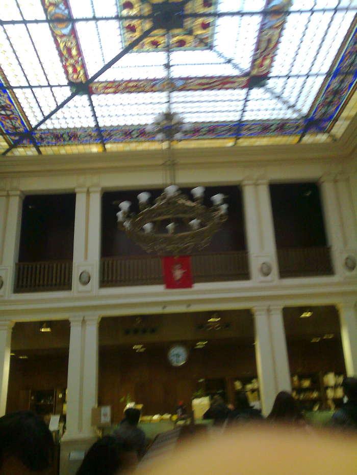 Patio de operaciones de la Oficina de Correos en Linares con la colgadura católica de la navidad.