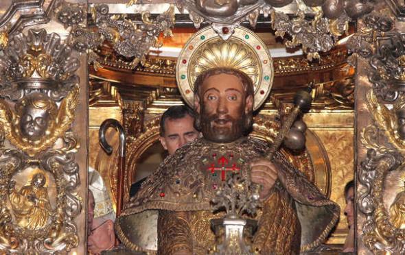 Don Felipe abraza al Apóstol
