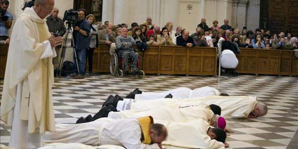 El arzobispo de Granda, Javier Martínez, pide perdón por los abusos sexuales en su diócesis tumbándose en el suelo de la catedral de Granada. 2014