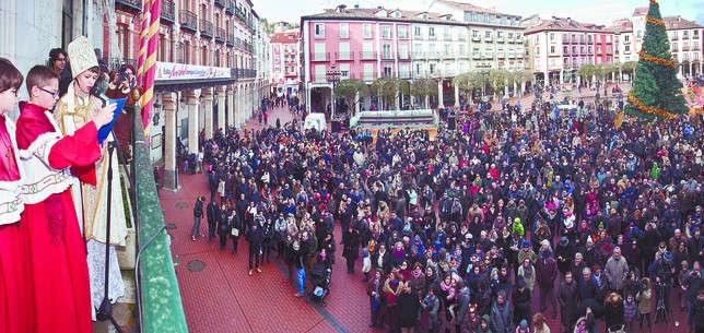 El Obispillo dirige unas palabras a los burgaleses congregados en la Plaza Mayor y les da su bendición. Ángel Ayala. Diario de Burgos
