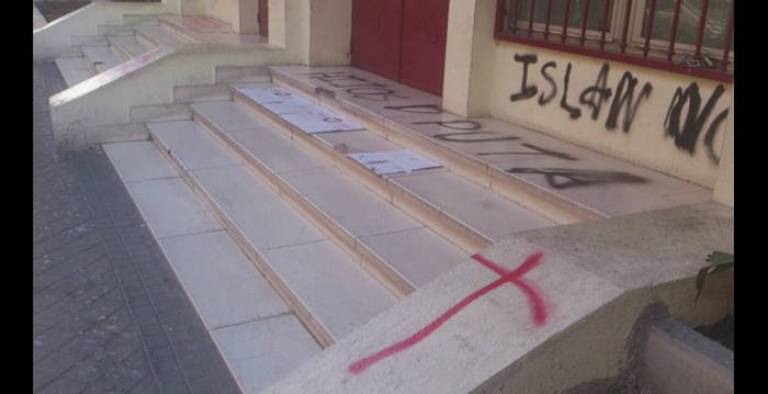 Así quedó la entrada de la mezquita central de Madrid. - Foto FACEBOOK
