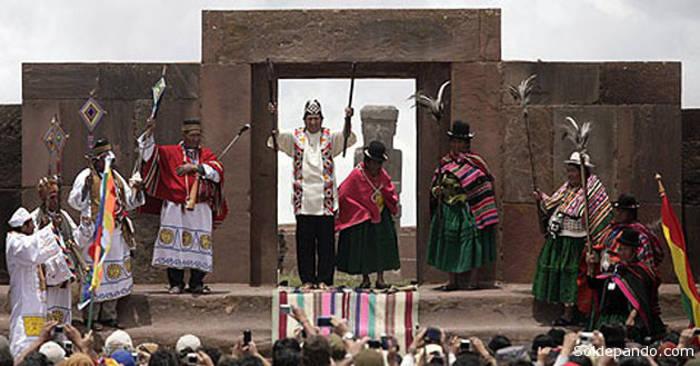 Evo Morales recibe cetro sagrado que lo convierte en líder indígena antes de la toma de posesión como presidente de Bolivia 2015