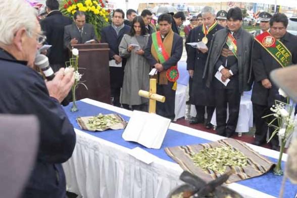 Evo Morales presidente Bolivia y otros ministros de su gobierno en un acto religioso.