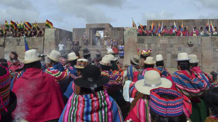 Indígenas de Bolivia asisten a la ceremonia de Evo Morales. / HANDOUT (REUTERS)