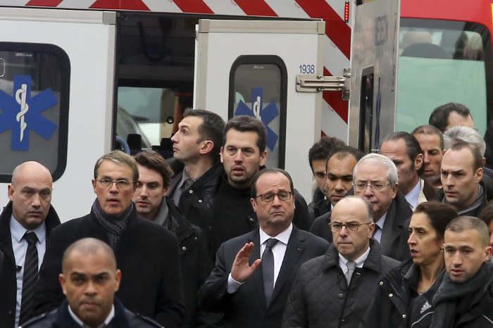 Hollande presidente Francia en el lugar del atentado 2015