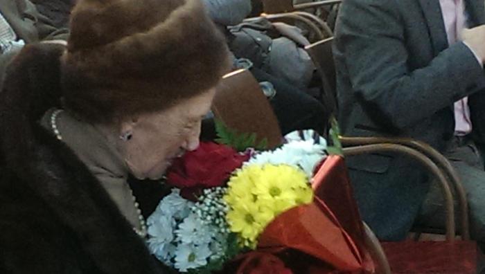 Homenaje a Gonzalo Puente Ojea en Madrid 31 de enero 2015 Pilar su compañera recibe un ramo de flores