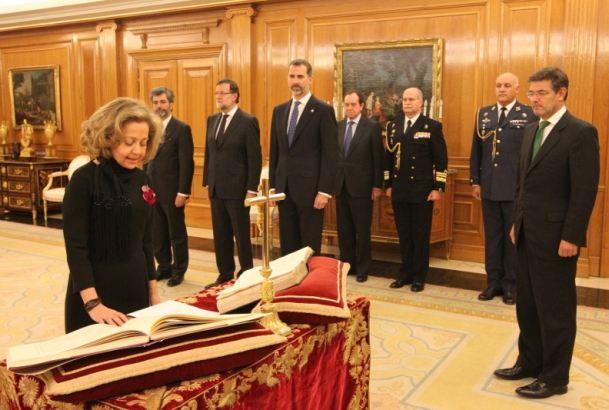 Consuelo Madrigal toma posesión ante un crucifijo y la Biblia. 2015 Foto: Casa Real
