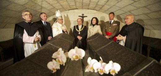 Alcalde y autoridades en el acto religioso celebrado en la Capilla Real de la Catedral durante la fiesta de la Toma de Granada