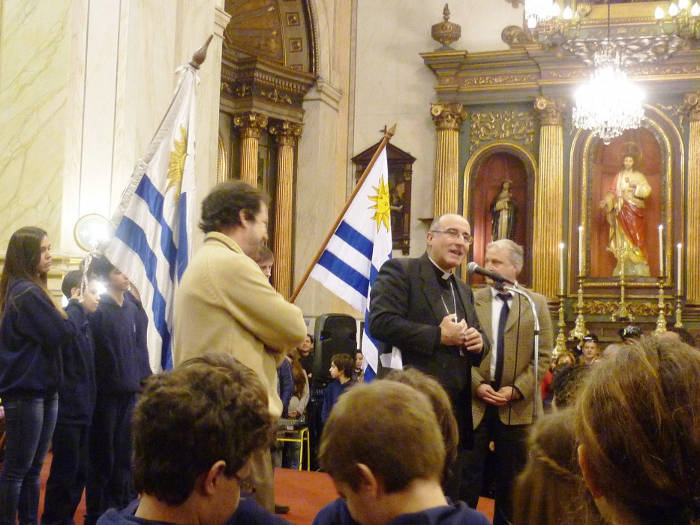 Daniel Sturla, arzobispo de Montevideo, organiza una ceremonia de jura escolar de bandera en la catedral Montevideo  en 2014