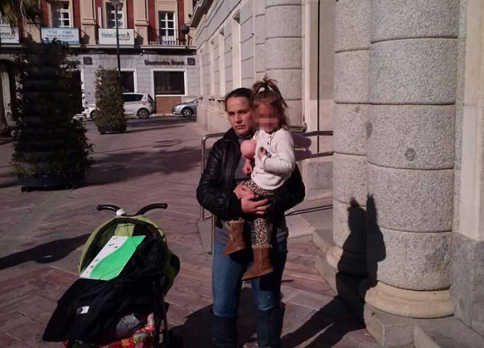 Rocío Medel con su hija pequeña, a las puertas del Ayuntamiento. / D.H.