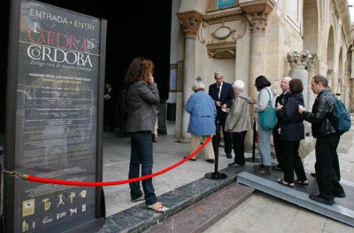 Los carteles no nombran la Mezquita. // ENRIQUE GÓMEZ