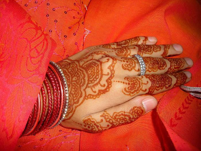 Típica decoración realizada con 'henna' en las manos de la novia para las celebraciones del matrimonio islámico. / wikimedia.commons.org