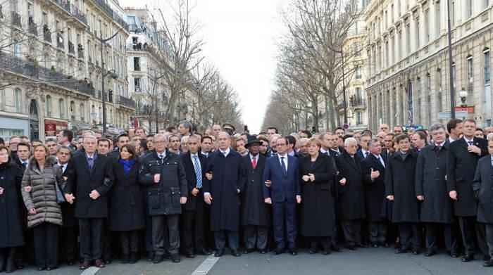 La fotografía que no quiso publicar Haredi, con Angela Merkel entre Hollande y Netanyahu; y a la izquierda, Anne Hidalgo (bufanda azul) y Federica Mogherini (plumas grisáceo), representante de la Unión Europea para Asuntos Exteriores y Política de Seguridad
